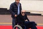Edip Akbayram tekerlekli sandalyede