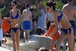 İdil Fırat mavi bikinisiyle dikkat topladı