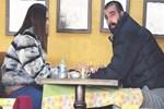 Yakışıklı oyuncunun el ele romantizmi!