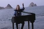 Kış günü piyanosuyla denize girdi