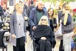 Emel Sayın tekerlekli sandalyede