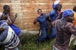 Kadın polisi lince götürdüler!..