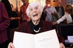 Bayan Inge 102 yaşında diploma aldı!
