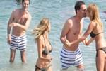 Bekir Aksoy ve eşinden denizde aşk şovu!