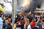Endonezya'da insanların üstüne uçak düştü!
