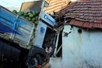 Evin üstüne karpuz yüklü kamyon düştü!..