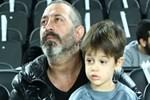 Cem Yılmaz oğlu Kemal'i sırtında taşıdı!