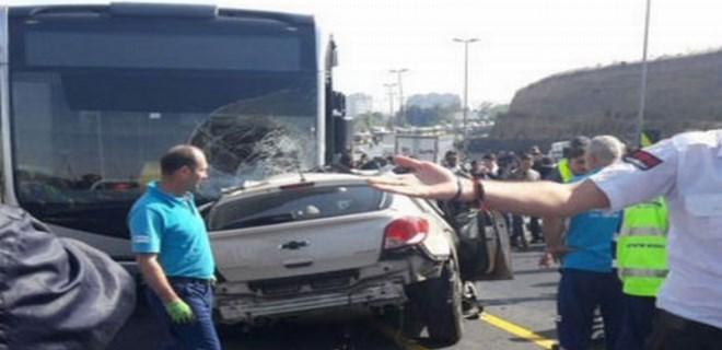 İstanbul Sefaköy'de otomobil metrobüs yoluna girdi!