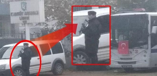 Kadıköy Anadolu Lisesi önünde eli silahlı polis