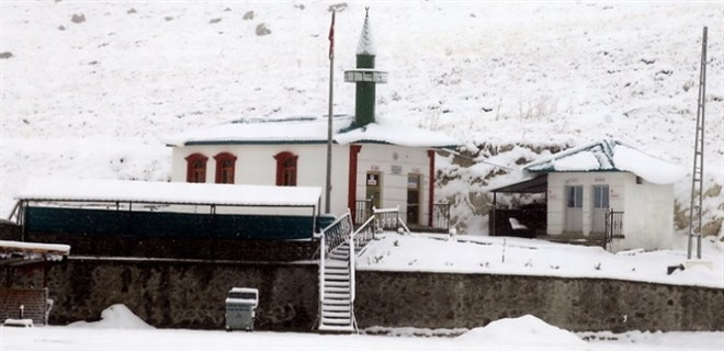 Mevsimin ilk karı Kars'a yağdı