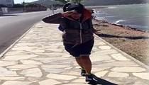 Hülya Avşar, rüzgara karşı yürüyor