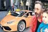 Komedyen Cem Yılmaz, yeni otomobiliyle Etiler'de görüntülendi. Oyuncunun plakasındaki harfler ve...