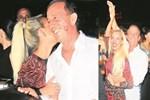 Sevgilisi Ali Ağaoğlu'nu öpücüklere boğdu!