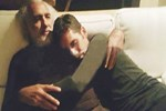 Rüzgar Çetin babasına sarılıp poz verdi