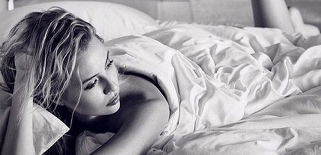 Chloe Loughnan'dan yatak pozu