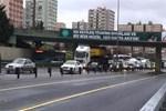 İstanbul'da TIR üst geçide takıldı!