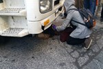 Genç kadın hafriyat kamyonunun altında kaldı!
