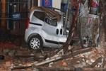 Metruk bina, araçların üzerine yıkıldı