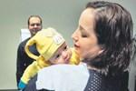 Genç Perihan sevimli bebeğini kucakladı