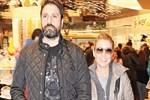 Gülben Ergen ve Erhan Çelik'in el ele alışverişi