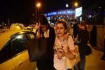 Havalimanı önünde kavuşanlar gözyaşlarına boğuldu