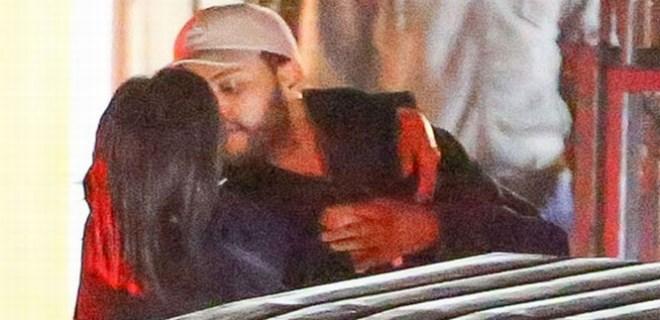 Güzel şarkıcı yeni aşkını öpücüklere boğdu!