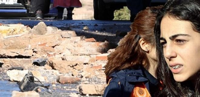 Topkapı'da servisin önüne tarihi surdan parçalar düştü