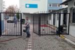 Herkesin gözü önünde okul kapısını alıp götürdüler!