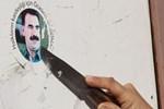 Polisi gören kadın Öcalan çıkarmasını bıçakla kazıdı