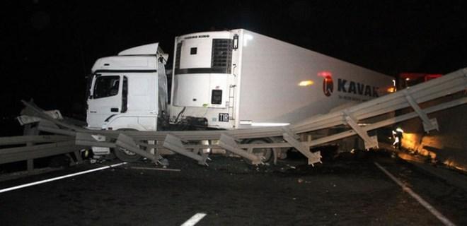 TIR ve kamyon otoyoldan D 100'e uçtu: 2 yaralı