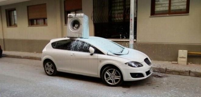 Arabanın üzerine çamaşır makinesi attı!