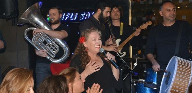 Suzan Kardeş'in keyifli sahnesi