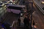 Servis minibüsü metrobüs durağına girdi!