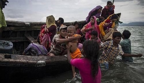Arakanlıları taşıyan tekne alabora oldu!