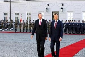 Polonya'ya giden Erdoğan'a bandodan sürpriz