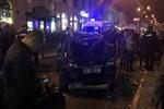 Ukrayna'da araç kalabalığa daldı!