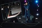 Demet Akalın'ın konserinde demir panel koptu!