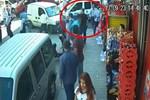 Polisin yanı başında kazmalarla saldırdılar!