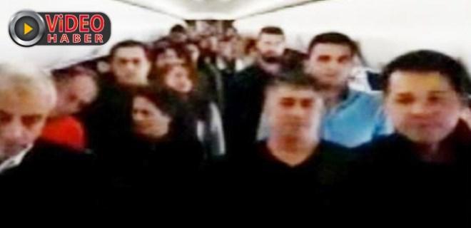 Uçakta yolculardan Ata'ya saygı duruşu