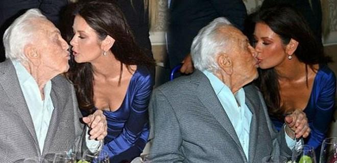 Catherine Zeta Jones, kayınpederini dudağından öptü