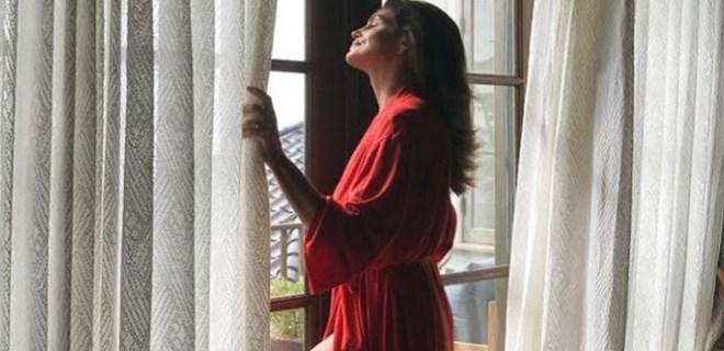Cindy Crawford'un konuşulan kırmızı sabahlığı