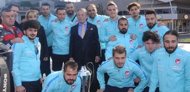 Ali Ağaoğlu Ampute Milli Takımı'na ev tapularını verdi
