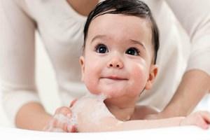 Banyo yaptırırken bebeğinizle konuşun