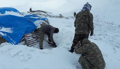Mehmetçik, kar kış dinlemiyor