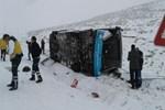 Karlı yolda kayan özel halk otobüsü yan yattı!