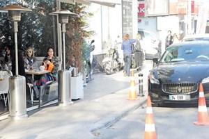 Ebru Yaşar gözünü otomobilinden ayırmadı