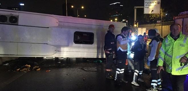 Kadıköy'de düğünden dönen otobüs devrildi!