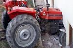 Kontrolden çıkan traktör yatak odasına daldı