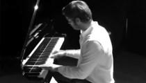 Kıvanç Tatlıtuğ'dan piyano performansı