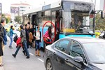 Asena otobüse bindi, ayakta yolculuk etti